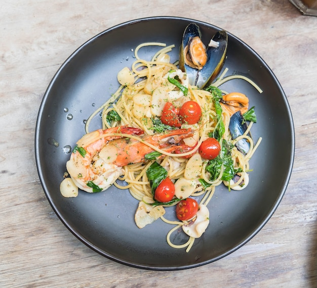 Smażone owoce morza spaghetti