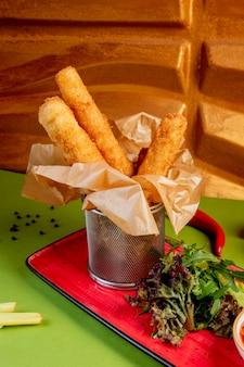 Smażone paluszki mozzarelli z boczną zielenią