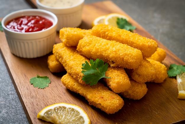 Smażone paluszki rybne lub frytki rybne