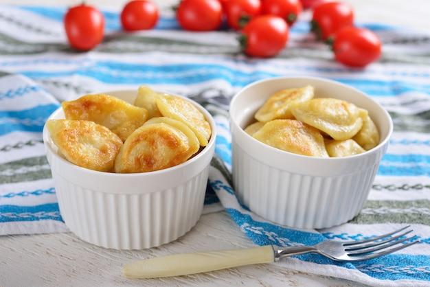 Smażone pierogi z ziemniakami i pomidorami