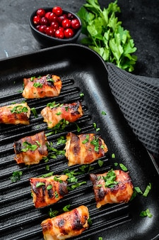 Smażone piersi z kurczaka zawinięte w boczek wieprzowy. .