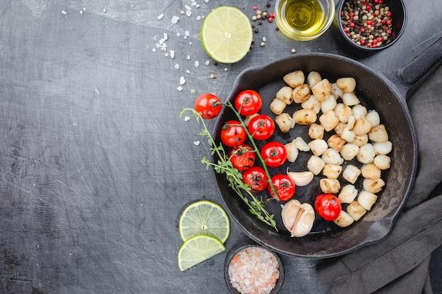 Smażone przegrzebki z ostrym sosem maślano-cytrynowym na żeliwnej patelni