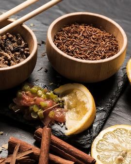 Smażone robaki z cytrynami i cynamonem