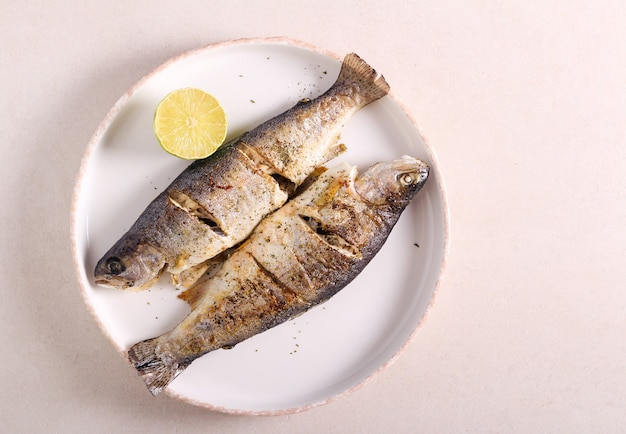 Smażone ryby pstrąga tęczowego podawane na talerzu