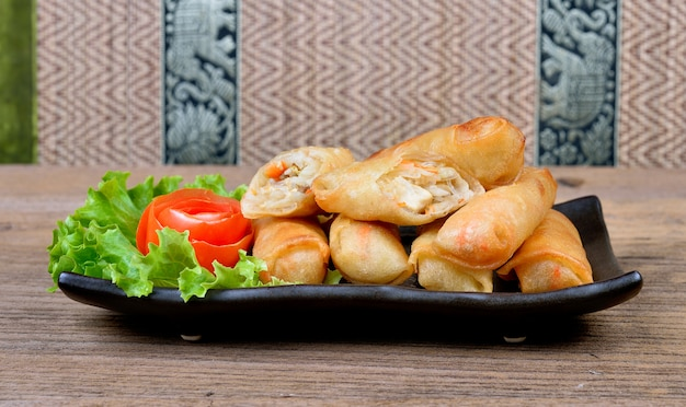 Smażone sajgonki tajskie jedzenie.