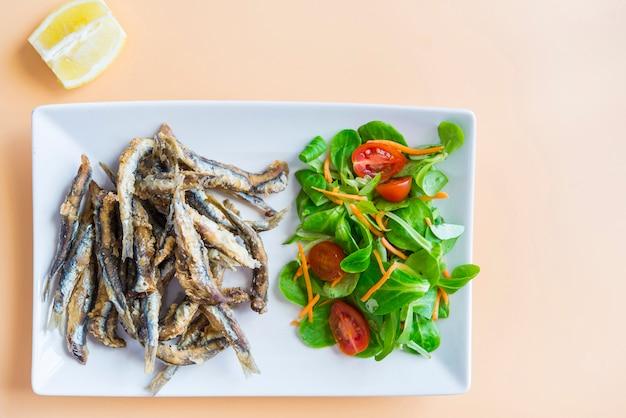 Smażone sardynki (ryby) pescaito frito typowe hiszpańskie tapa
