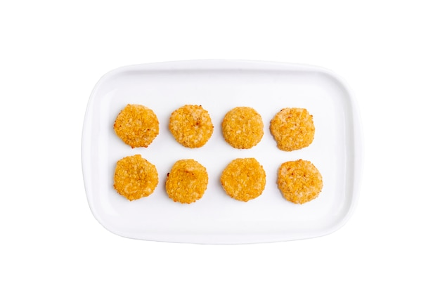 Smażone serowe bryłki na bielu talerzu odizolowywającym