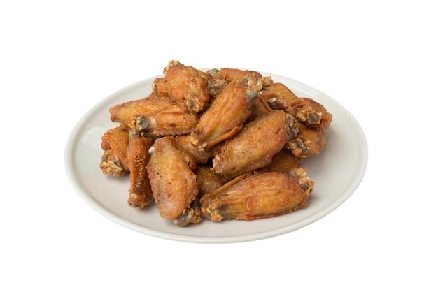 Smażone skrzydełka z kurczaka i chrupiący czosnek na białym tle na białej powierzchni