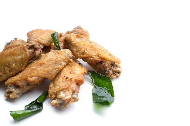 Smażone skrzydełka z kurczaka i chrupiący czosnek na białym tle