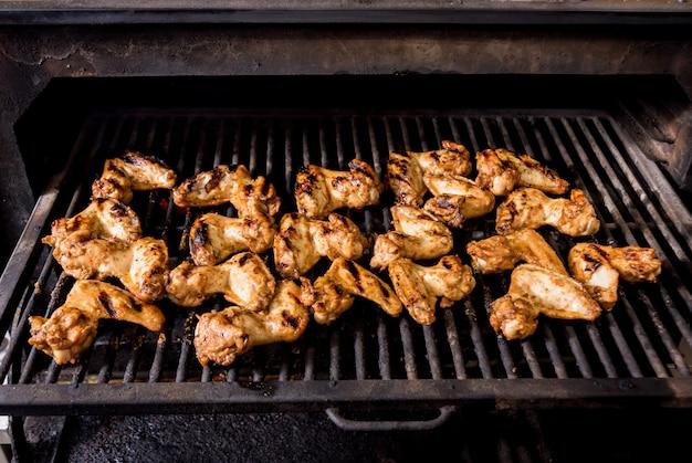 Smażone skrzydełka z kurczaka na grilla. restauracja.