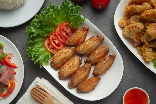 Smażone skrzydełka z kurczaka w sosie rybnym