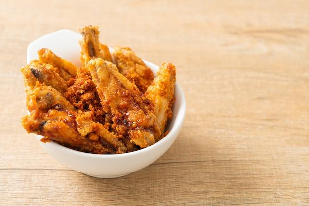 Smażone skrzydełka z kurczaka z grilla w białej misce