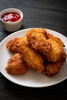Smażone skrzydełka z kurczaka z keczupem - niezdrowe jedzenie