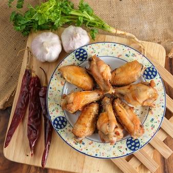 Smażone skrzydełka z kurczaka z sosem rybnym. danie tajskie lub danie z przystawek.