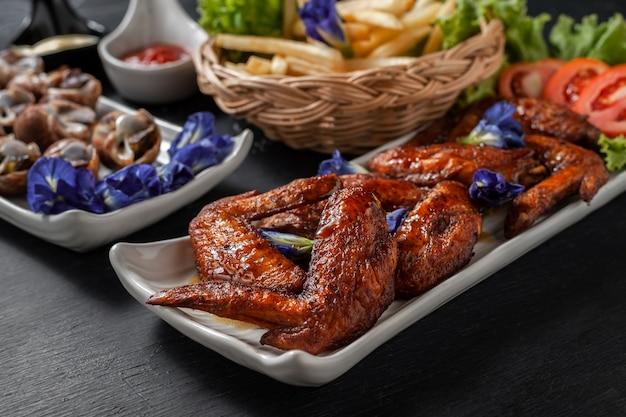 Smażone skrzydełka z kurczaka ze strumieniem bryzonu i frytkami