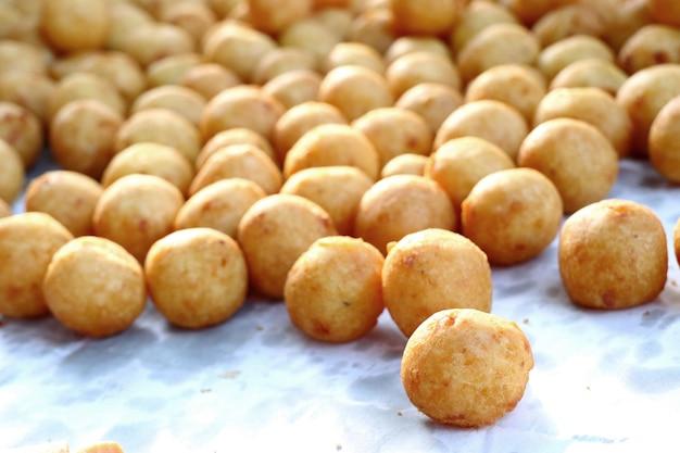 Smażone słodkie ziemniaki na ulicy żywności