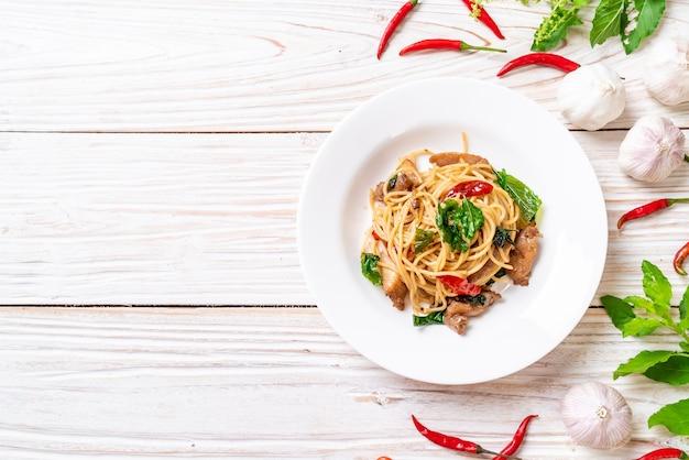 Smażone spaghetti z kurczakiem i bazylią