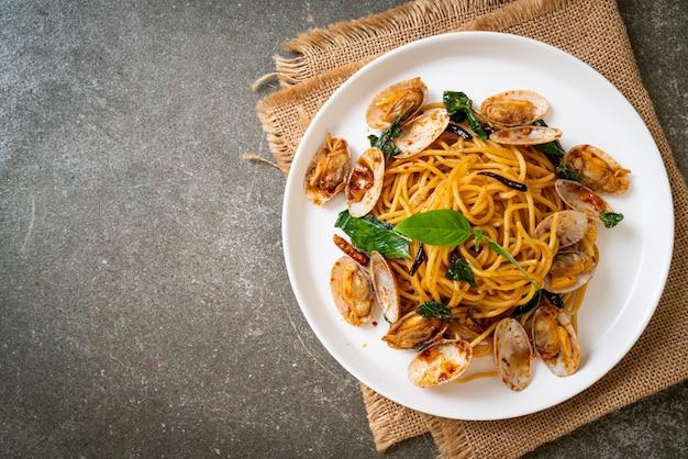 Smażone spaghetti z małżami i czosnkiem i chili, wymieszać, kuchnia fusion