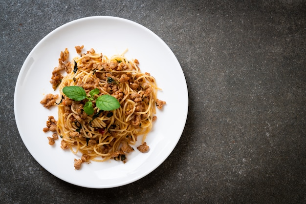 Smażone spaghetti z mieloną wieprzowiną i bazylią