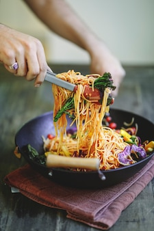 Smażone spaghetti z warzywami organicznymi