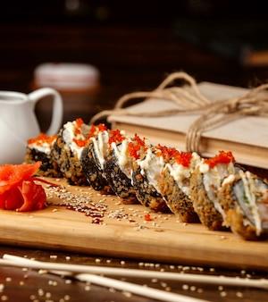 Smażone sushi na stole