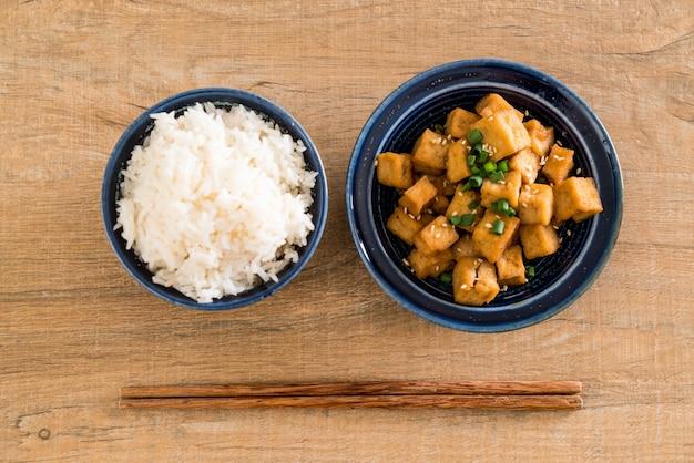 Smażone tofu w misce z sezamem