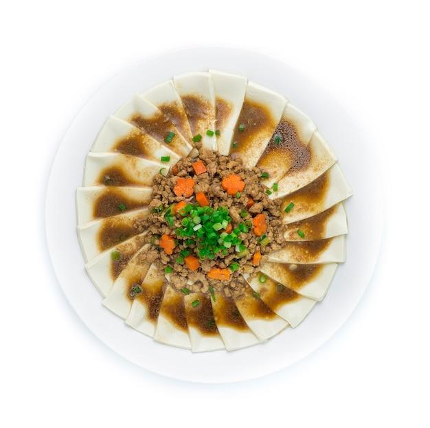 Smażone tofu z mieloną wieprzowiną wymieszać w sosie sojowym