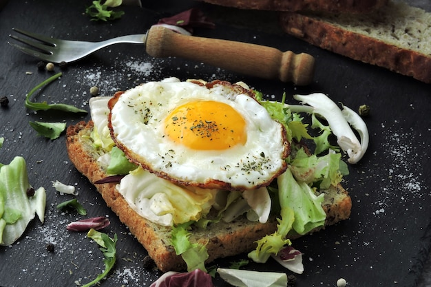 Smażone tosty z jajkiem i surówką