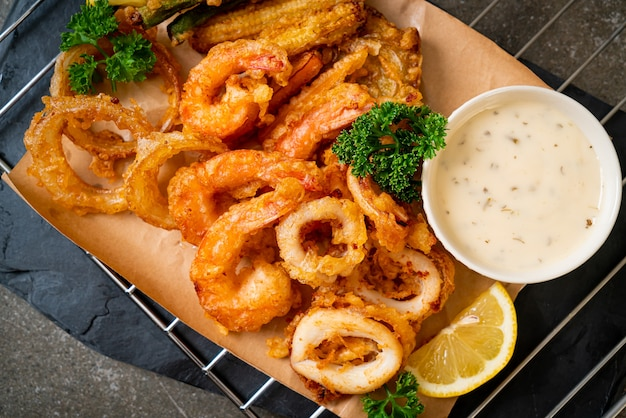 Smażone w głębokim tłuszczu owoce morza (krewetki i kalmary) z mieszanką warzyw - niezdrowe jedzenie