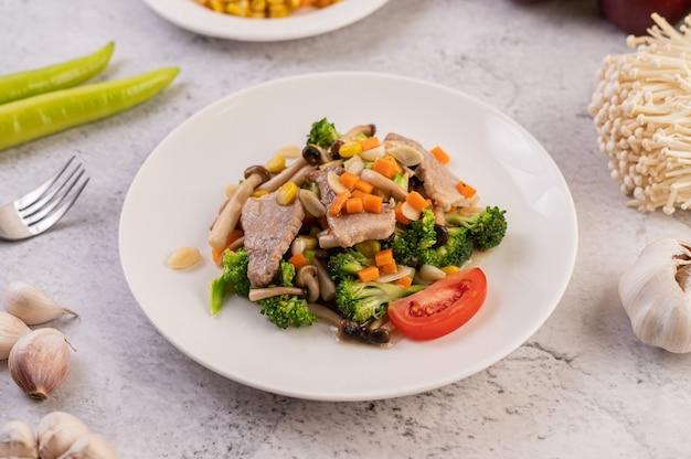 Smażone warzywa mieszane z wieprzowiną