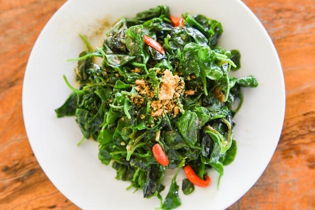 Smażone warzywa z sosem ostrygowym rzeżuchy na białym talerzu