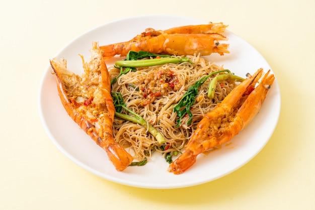 Smażone wermiszel ryżowy z krewetkami rzecznymi
