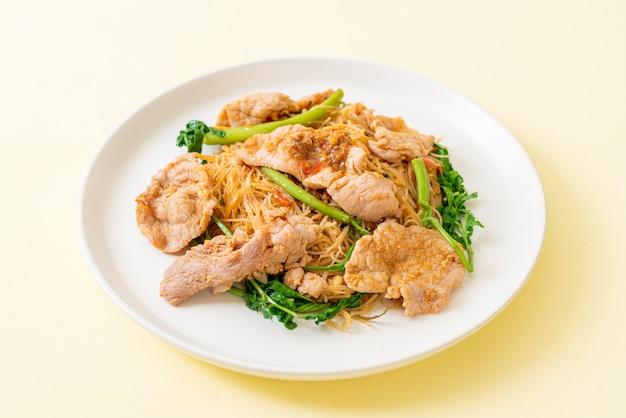 Smażone wermiszel ryżowy z wieprzowiną