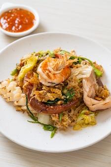 Smażone wermiszel z warzywami i owocami morza w sosie sukiyaki