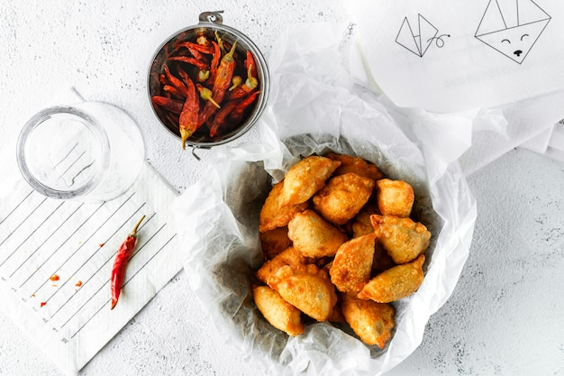 Smażone wontony, suszone papryczki chilli, pusta szklanka