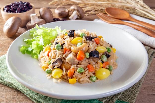 Smażone ziarna i warzywa ryżowe (zdrowa żywność)
