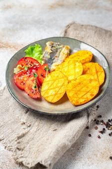 Smażone ziemniaki i ryby z owocami morza smakują świeżą porcją gotową do spożycia przekąską na stole kopia miejsca