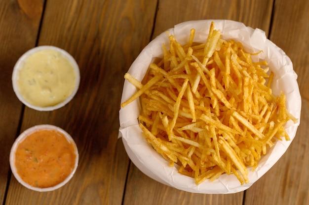 Smażone ziemniaki na drewnianym stole