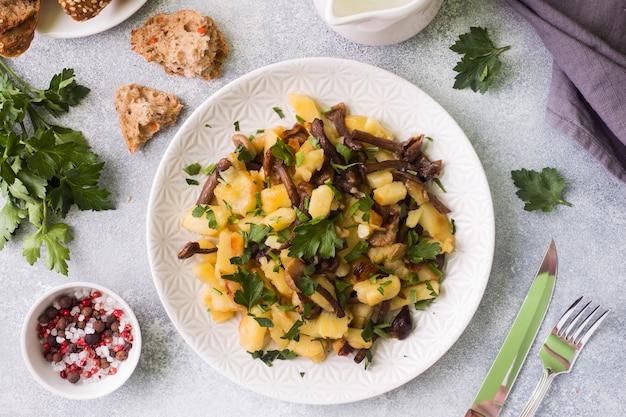Smażone ziemniaki z pieczarkami i świeżymi ziołami.