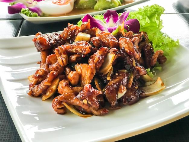 Smażonego kurczaka wymieszaj z pieczonymi nerkowcami