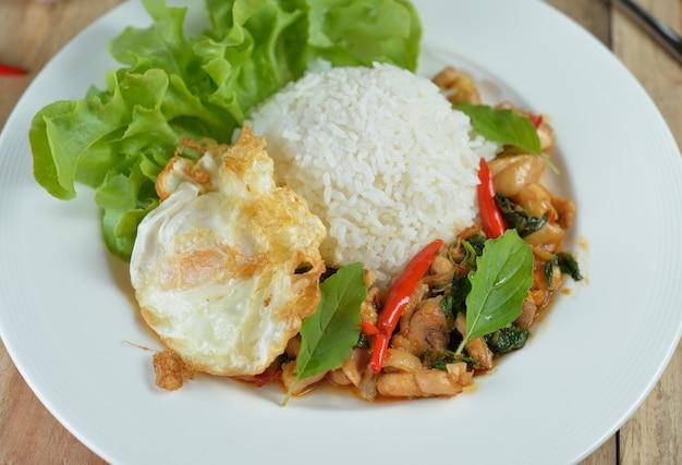Smażonego kurczaka wymieszaj ze świętą bazylią i ostrym chili