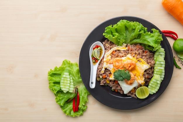 Smażony brązowy ryż z krewetkami i jajkiem sadzonym po tajsku