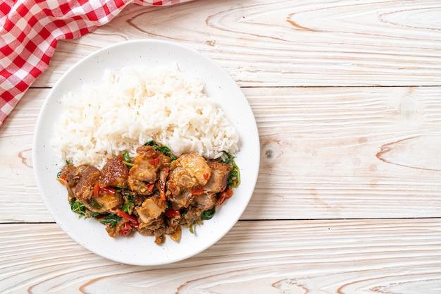 Smażony, chrupiący boczek wieprzowy i bazylia z ryżem - azjatycki lokalny street food