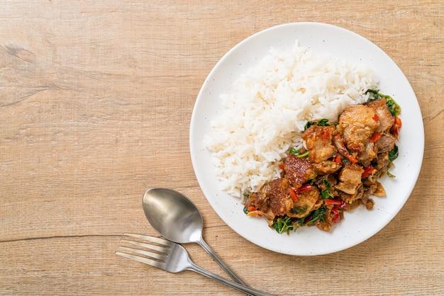 Smażony chrupiący boczek wieprzowy i bazylia z ryżem