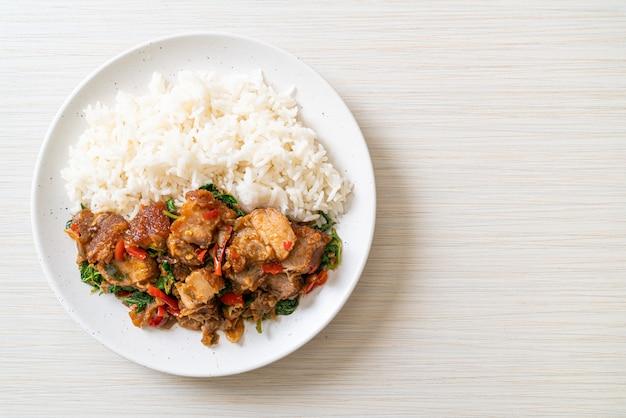 Smażony chrupiący wieprzowy brzuch i bazylia z ryżem