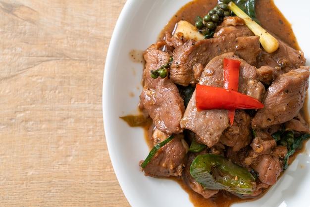 Smażony czarny pieprz z kaczką. azjatycki styl jedzenia