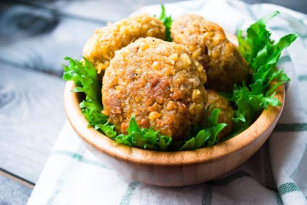 Smażony falafel z ciecierzycy i liście zielonej sałatki