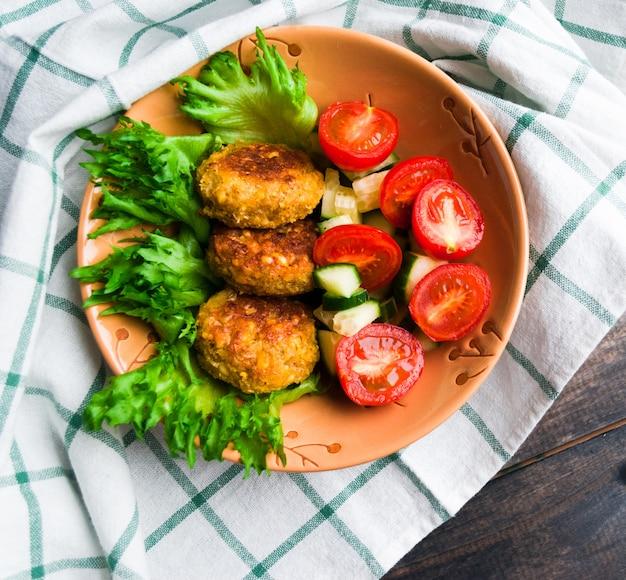 Smażony falafel z ciecierzycy i sałatka ze świeżych warzyw