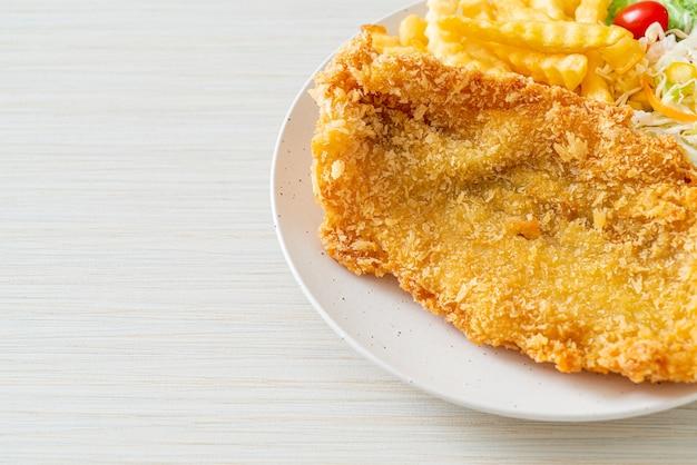 Smażony filet rybny i chipsy ziemniaczane z mini sałatką