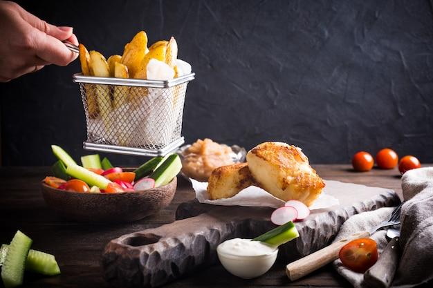 Smażony filet rybny z pieczonymi ziemniakami